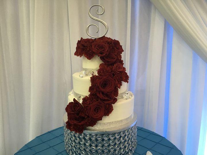 Roses ascending the cake