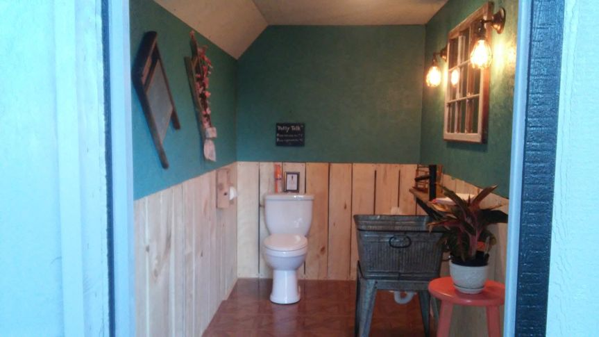 Antique themed washroom