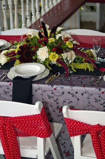 black and white and red all over at this summer wedding spot!