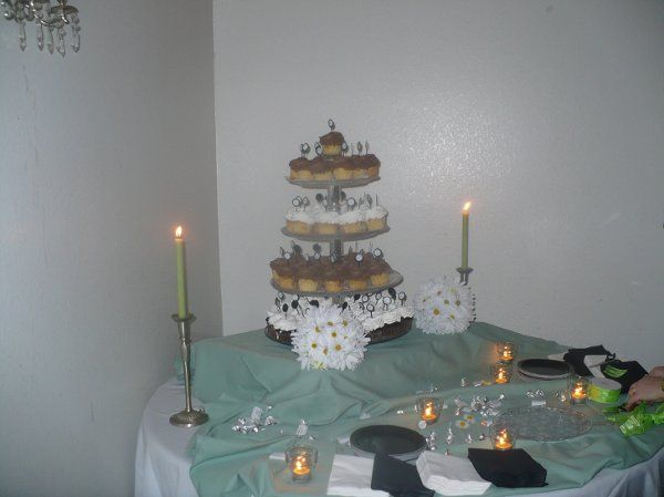 They had a grand cupcake tower, along with a beautiful small round cake to cut into.  The daisy...