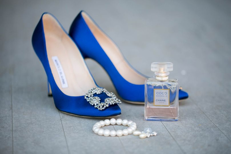 bride getting ready details shoes jewelry perfume coco chanel blue whitehall estate bluemont virginia manolo blahnik julie napear photography 51 23772