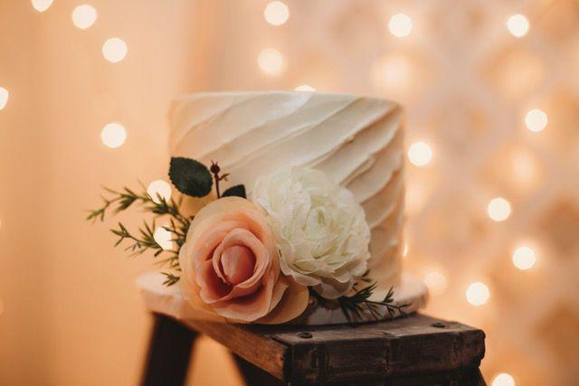 Sleek single tier wedding cake