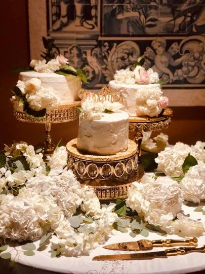 An opulent cake table