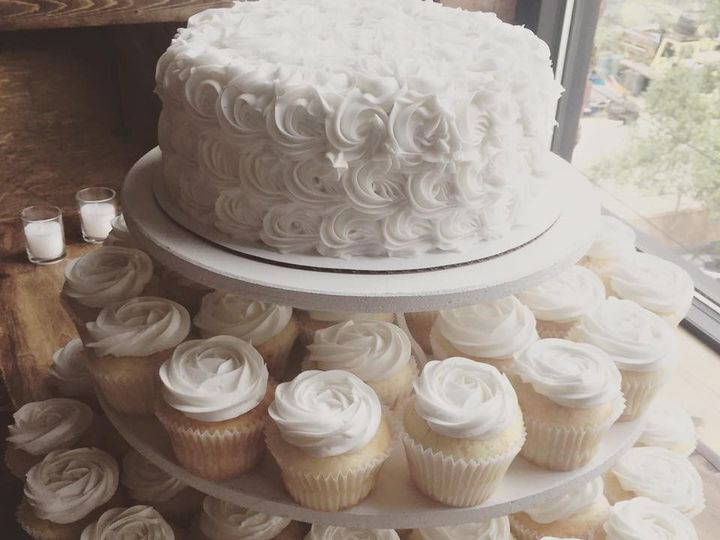 Tmx 1484369523542 137289949248960609888808694658948539215363n Castle Rock wedding cake