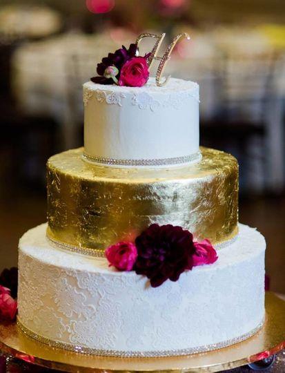 Gold center layer wedding cake