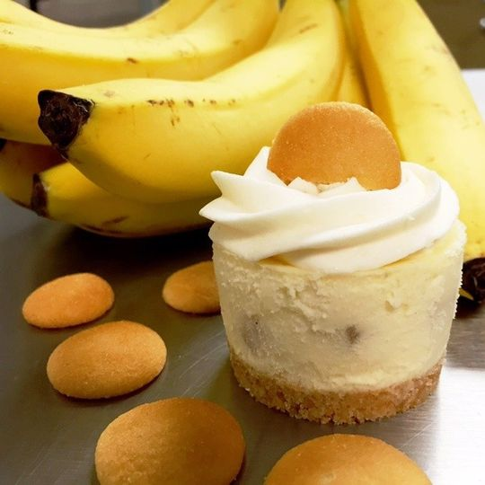 Banana Pudding Cheesecake - creamy banana cheesecake filled with fresh bananas, topped with a banana...