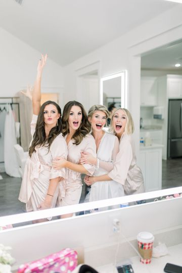 Bride with friends - photography: meredith benton