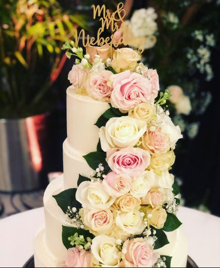 Wedding cake (fresh flowers)
