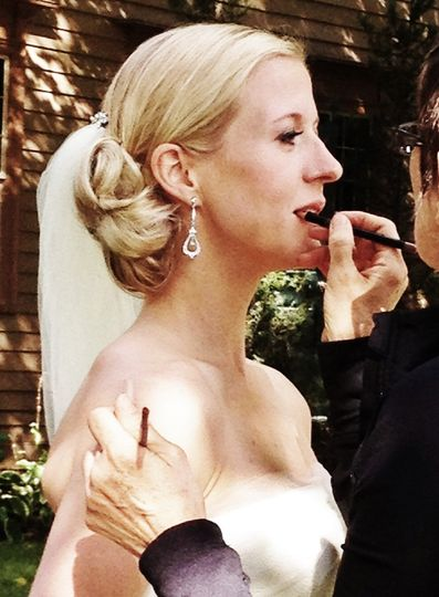 Retouching the bride's makeup