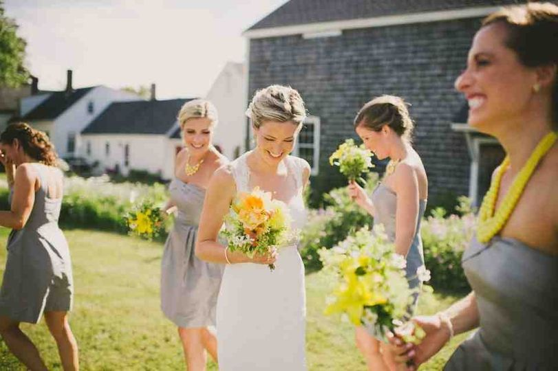 1774 Inn bride and bridesmaids
