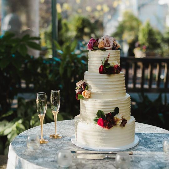 Nude cake with flowers