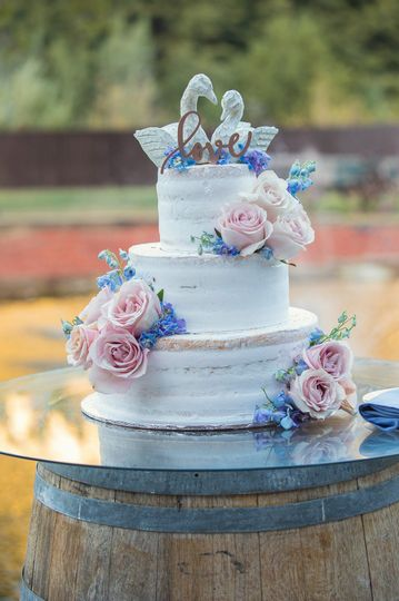 Wedding cake ornamented with rose details