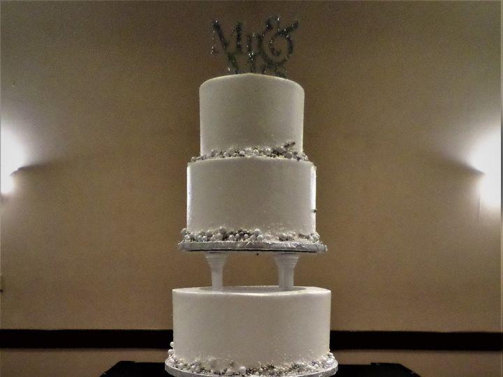 Tmx 1516848131 Ed49bcbc4bf3bdc1 1516848128 6a7d2b1374de545d 1516848187613 28 WEDDINGCAKE 44 25 Milwaukee, Wisconsin wedding cake