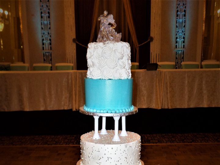 Tmx 1516889404 83d7603ee99ed264 1516889402 7c9676c5036d57a3 1516889462000 21 SAM 1387 Milwaukee, Wisconsin wedding cake