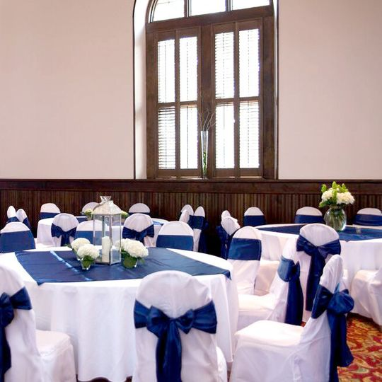 We provide a full selection of linen rentals and centerpieces.