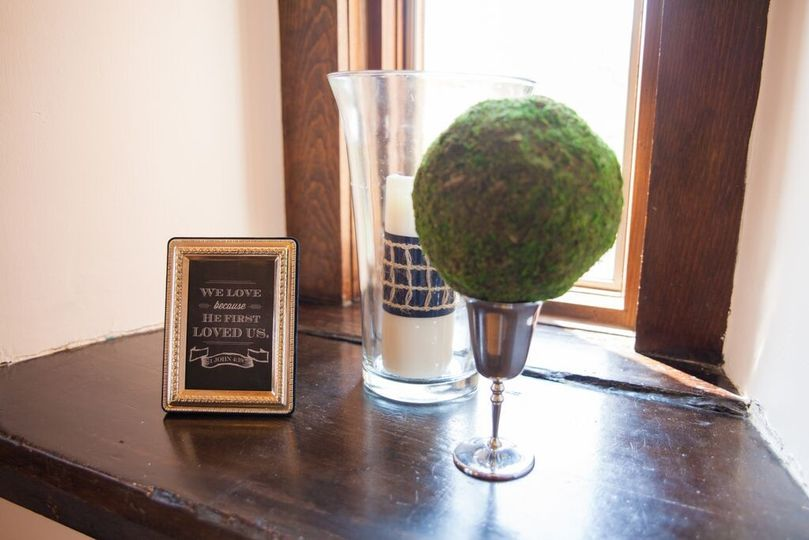 We also provide a wide variety of centerpieces, frames, and other rental décor.