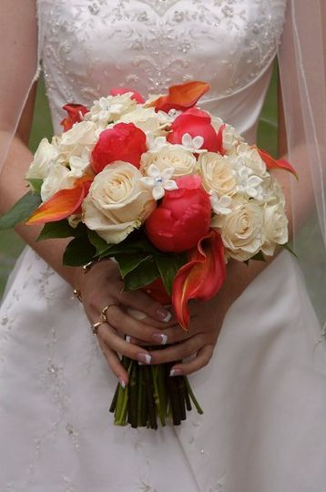 White and reddish pink bouquet