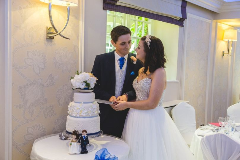 Cutting the cake - Jodie Hurd Photography