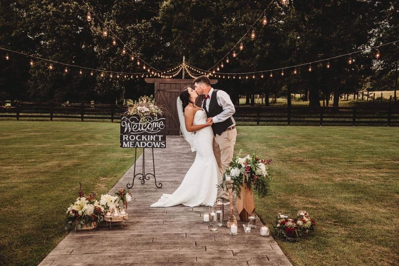 Kiss by the aisle | Photo Donna Flourney Photography