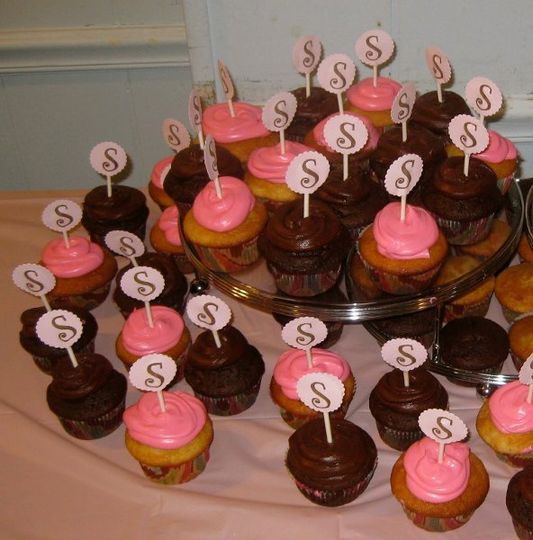 "Anniversary party cupcakes with personalized ""S"""