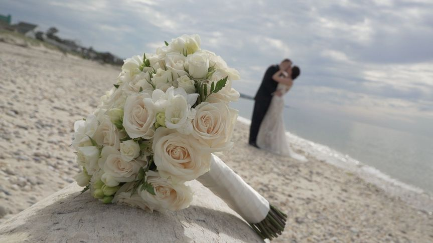 c7bd3d2f238a891a 1530380015 b1f2757667a03ec0 1530380015206 11 bouquet on beach