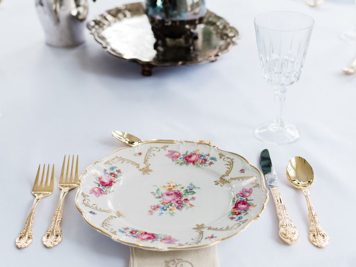 Edelstein with gold flatware
