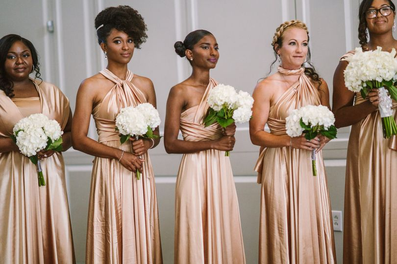 The bridesmaids holding their bouquets | Modern Frames Photography