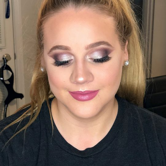 Strong eye makeup and pink lip