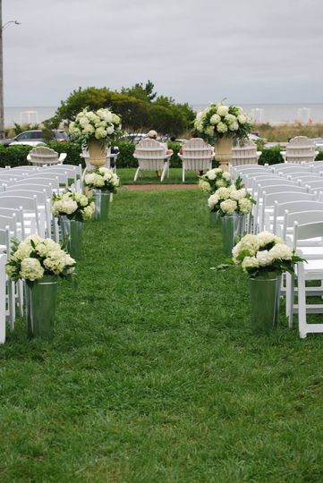 Simple outdoor aisle