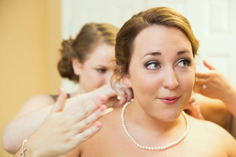 Bride getting ready | Julie Gayler Photography