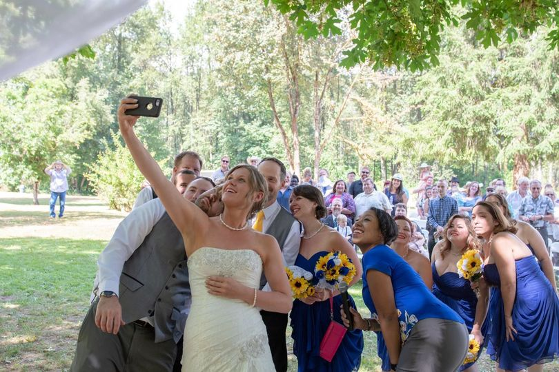 A quick selfie with the bridal party (and ALL the guests)!