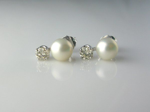 Simple yet elegant - and most definitely wearable after your wedding - diamonds and pearls - what a...
