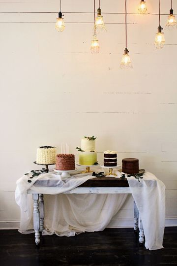 1013a0b60d831f33 cake table