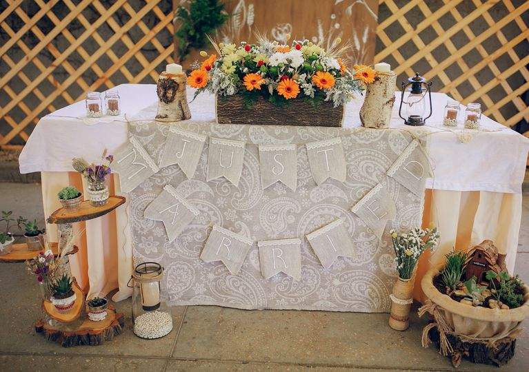 Sweetheart table with pops of orange