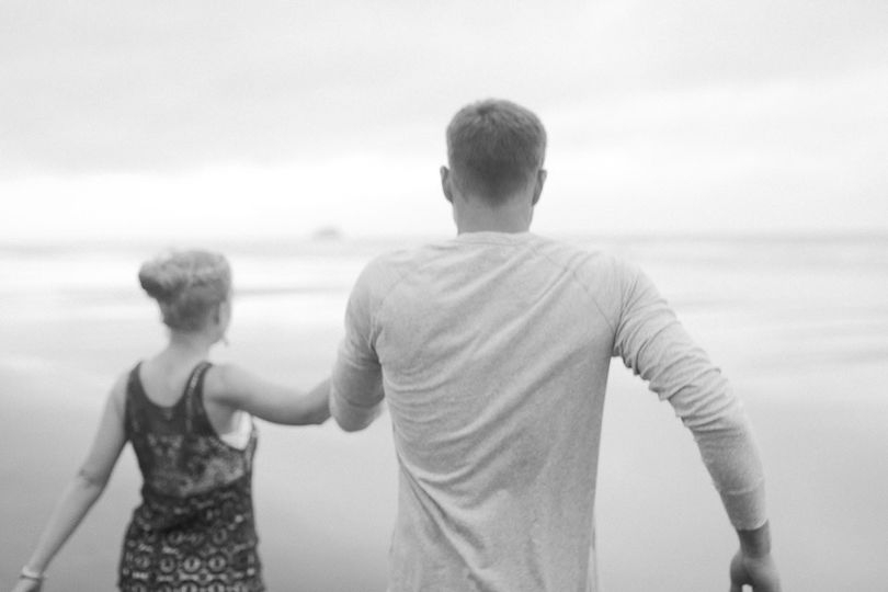 Engagement session of beautiful couple Lauren and Brian Allen in Hug Point Beach, Oregon | Daria...