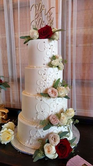 White and red roses cake design