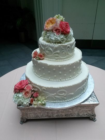 wedding flowers on cake 2014 08 23 15 17 35