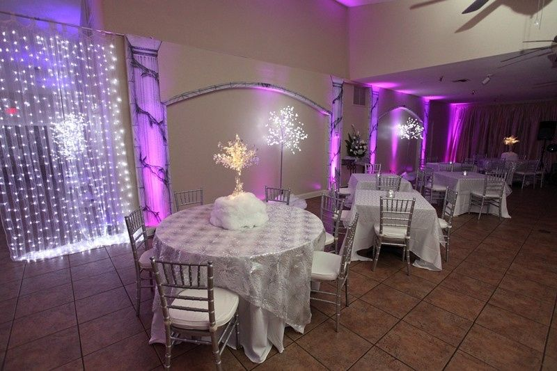 Table set-up with chiavari chairs