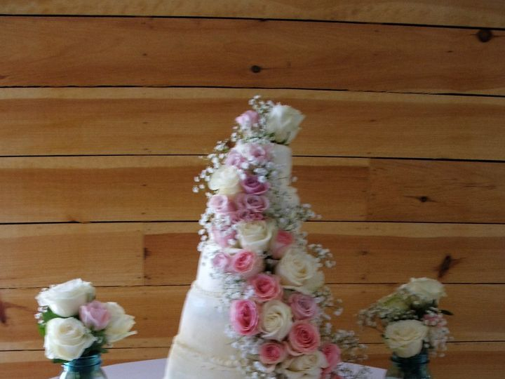 Tmx 1529428645 6b7c5eb70c1e75c9 1529428644 F11b0f34915f445f 1529428663722 9 Trailing Roses Asheville, North Carolina wedding cake