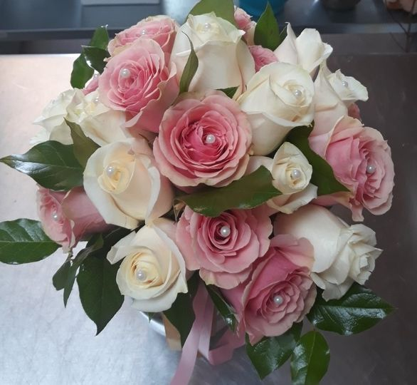 rose bouquet with pearls 51 81453 1560881600