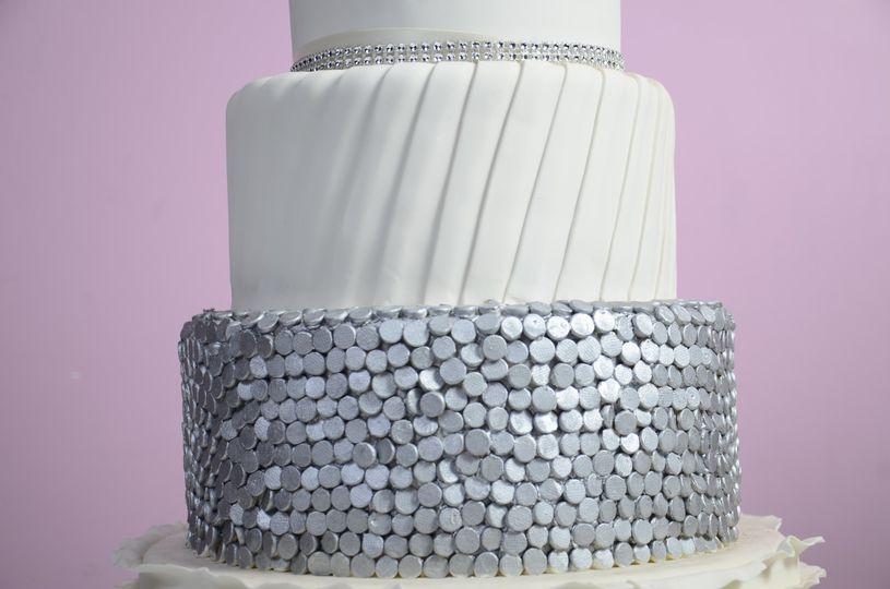 Elegant silver/white cake