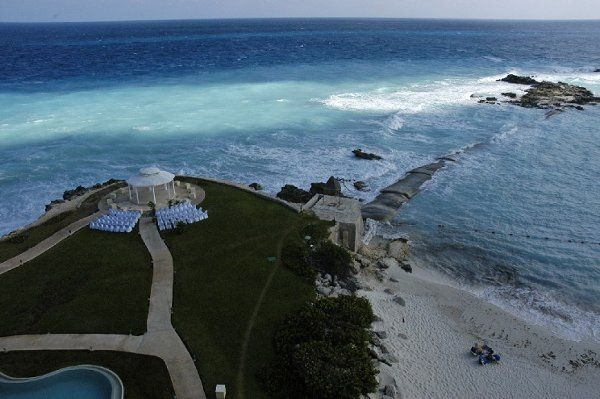 This is an overview of the wedding gazebo at Dreams Cancun.