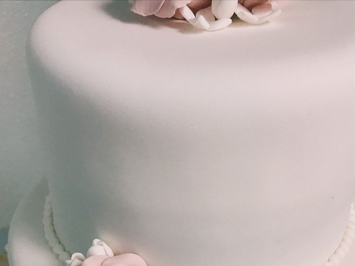 Tmx 1520648494 14ea9480a00dfa8a 1520648489 773655dd8aa88642 1520648479458 9 239F111C 3950 4225 Torrington, CT wedding cake