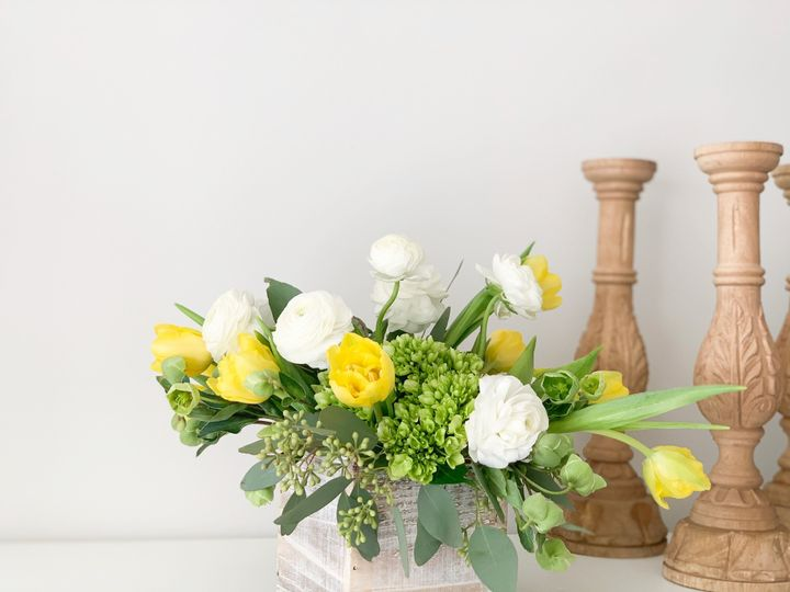 Centerpiece with yellow hues