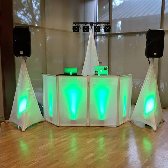 Green booth lighting