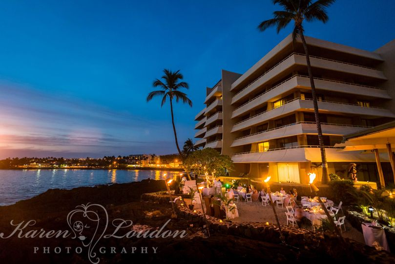 Sunset cove wedding reception at Royal Kona Resort © Karen Loudon