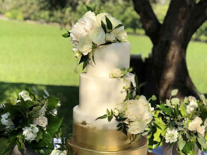 Tmx 1539217020 2d6d172e220bdeea 1539217018 2bf69942325e5ed5 1539217017778 28 Gold And White Napa, California wedding cake