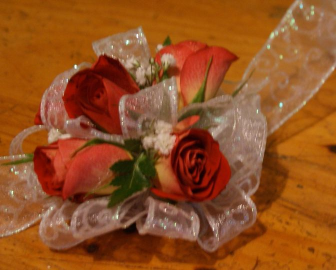 Design this sweetheart rose wrist corsage