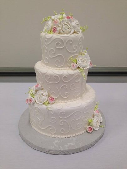 White wedding cake with minimal colors