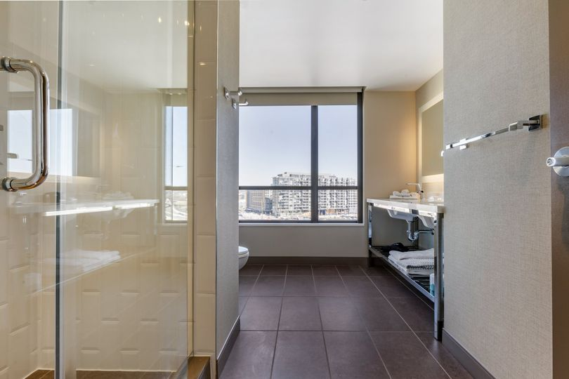 Suite bathroom - Natural light